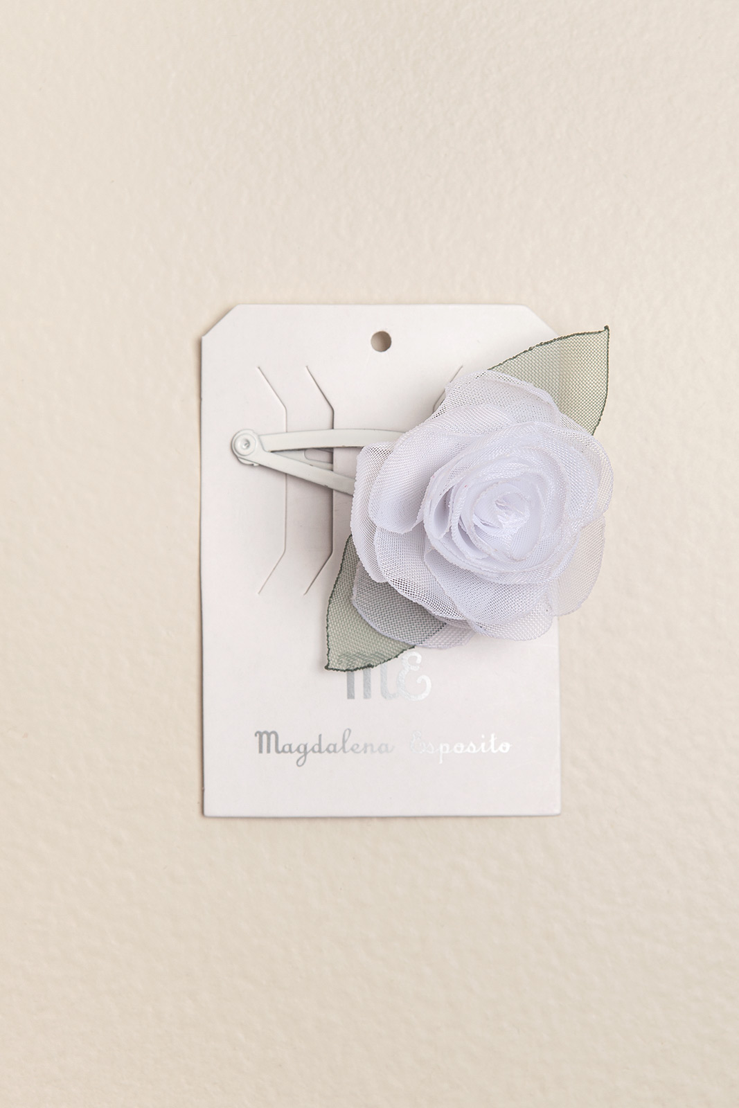 Sapito con flor blanca